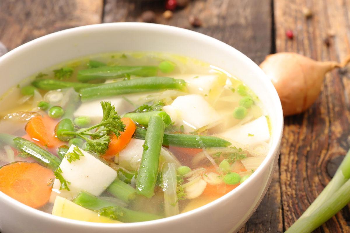 Soep recept groentesoep van sperziebonen, koolrabi en wortel | DGA | Groene bedrijfscatering