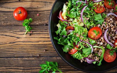 Salade met boekweit, cherry-tomaten rode ui