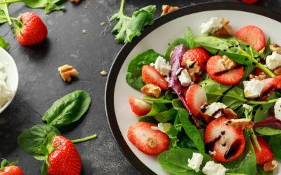 Spinazie rucola salade met aardbeien en feta