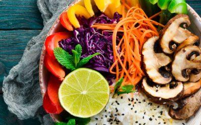 Poké bowl met champignons, paprika en rode kool