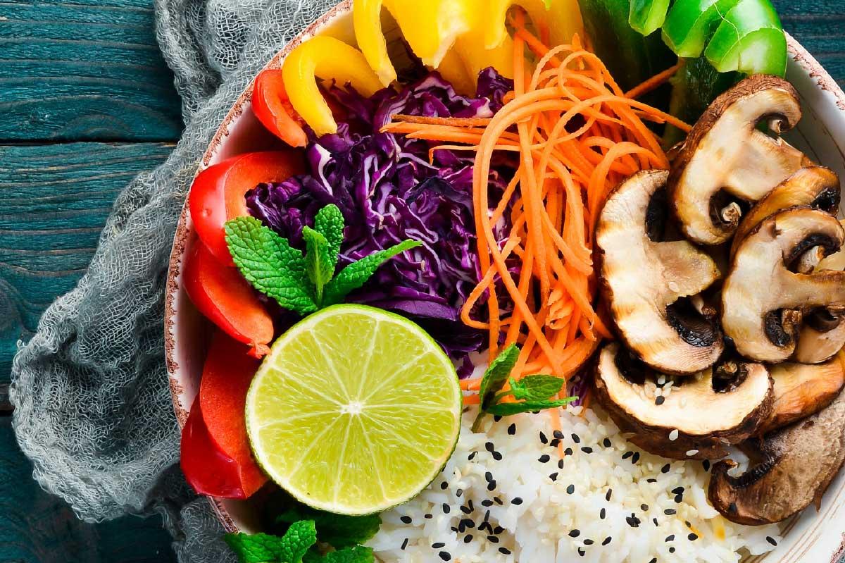 Recept lunch Poke bowl champignons paprika rode kool DGA bedrijfscatering vegetarische gerechten