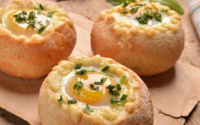 Gevulde kaiserbroodjes met ei en lente-ui