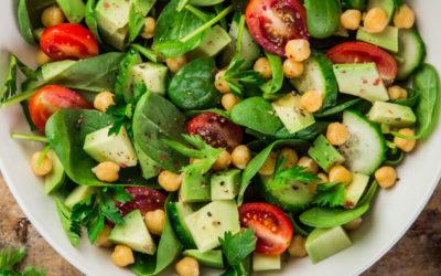 Salade van spinazie, avocado, kikkererwten en komkommer