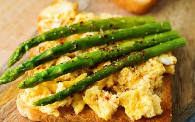 Geroosterd brood met roerei en asperges