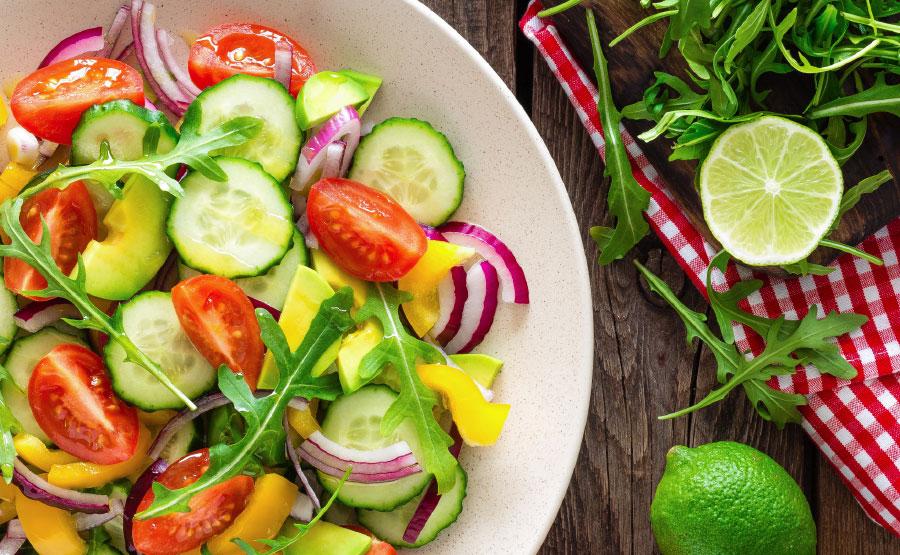 Salade van tomaat, paprika, avocado en rode ui