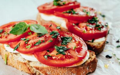 Brood met mozzarella, tomaat en basilicum