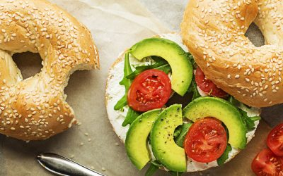 Bagel cream cheese met rucola, tomaat en avocado