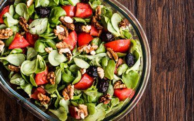 Salade van winterpostelein met olijf en tomaat