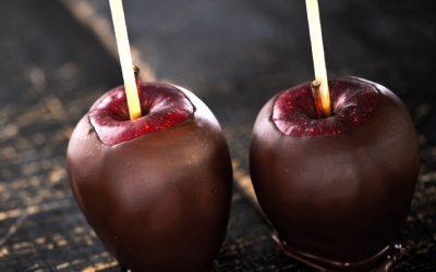 In chocolade gedipte appels