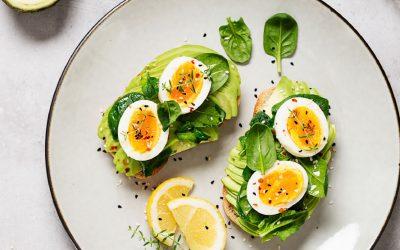 Toast met avocado, spinazie en een gekookt eitje
