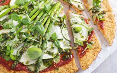 bloemkoolpizza met courgette en groene asperges