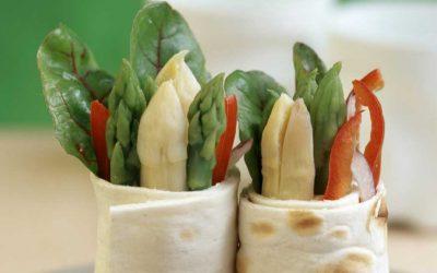 Soft wrap met asperges, paprika en bietenblad