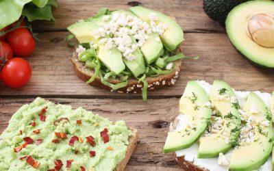 Broodje met avocado, paprika en geitenkaas