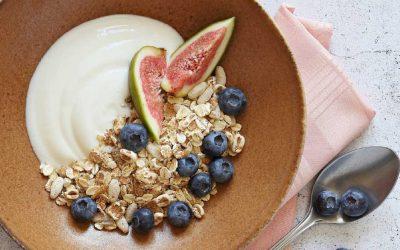 yoghurt met verse vijg, blauwe bessen en muesli