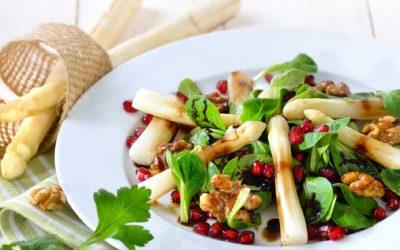 Veldsla met witte asperges en granaatappelpitjes