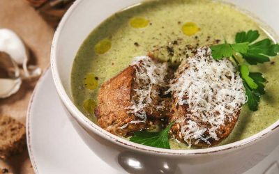 Pittige andijviesoep met olijfolie en Parmezaan