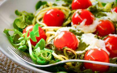 Spaghetti met veldsla, groene pesto en tomaat